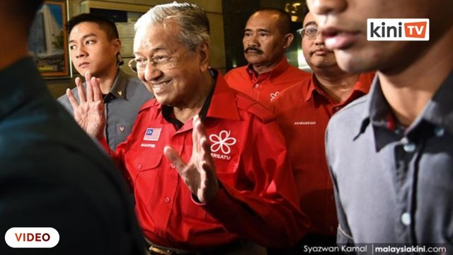 Spekulasi kerajaan baru dibentuk? Tun M enggan komen