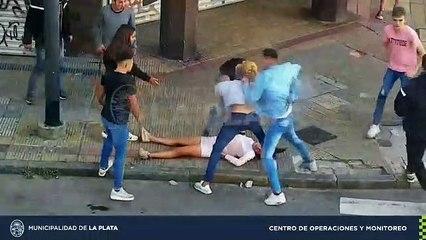 Tres detenidos tras impresionante golpiza a una joven en el centro de La Plata