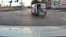Une ambulance perd un brancard au milieu de la route