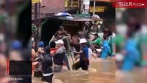 Aksi Santuy Para Warga saat Banjir Melanda