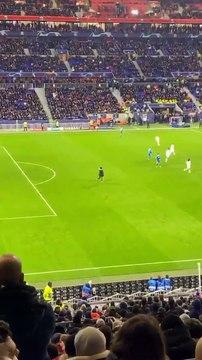Le geste d'humeur de Cristiano Ronaldo quand un fan envahit le terrain