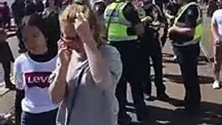 Des mouettes très bizarres viennent voler le sandwich de policiers