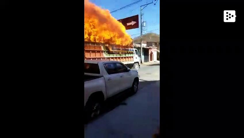 Un camión en llamas cruza una calle de Santa Rosa de Lima