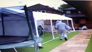 Cet homme disparait emporté par cette tente qui s'envole !