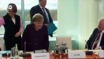 Coronavirus: Découvrez les images du ministre de l'Intérieur allemand qui refuse de serrer la main de la chancelière Angela Merkel