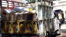 पुलिस ने आंटा से लदी एक संदिग्ध लोडर वाहन को पकड़ा