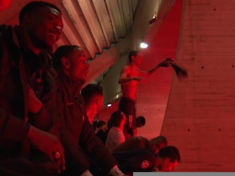 8es - Les joueurs du PSG célèbrent la qualif' avec les fans