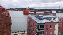 """Suède : Après un périple maritime de plus de deux mois, le """"pont doré"""" qui va relier deux îles de la capitale est arrivé"""