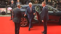 Le Prince Charles a du mal à se défaire de la poignée de main