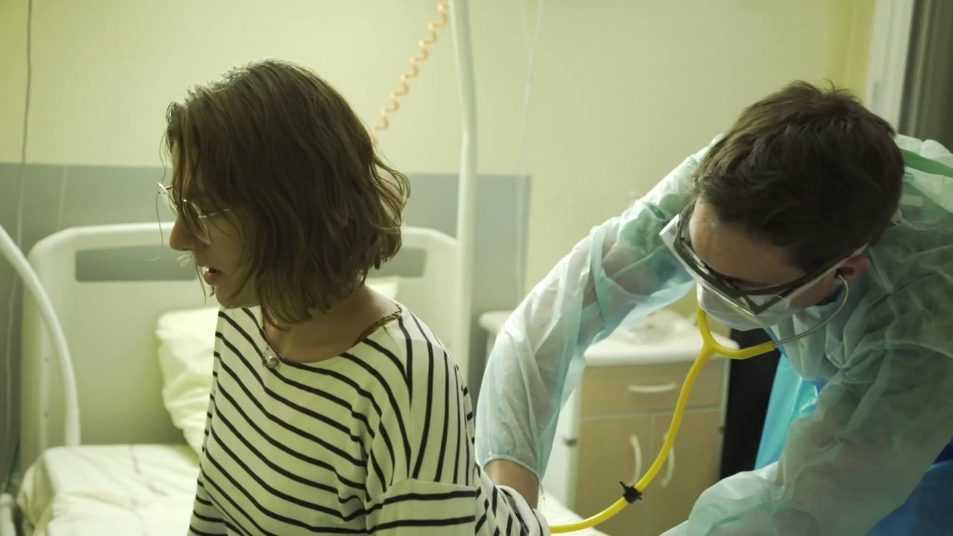 Marie, 25 ans, est hospitalisée depuis qu'elle a développé les premiers symptômes du Covid-19