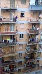 Des habitants confinés se mettent à chanter l'hymne italien depuis leur balcon