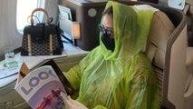 Áo mưa 1 lần trên máy bay có ngăn lây nhiễm Covid-19?