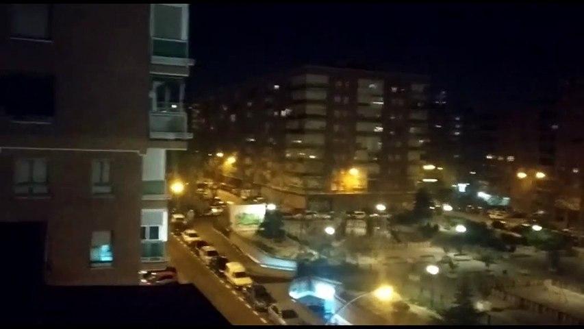 Los madrileños dan un caluroso aplauso a los sanitarios desde sus balcones