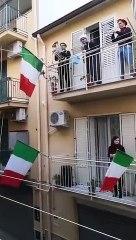 Coronavirus : Des citoyens Italiens passe leur temps en chantant dans leurs balcons