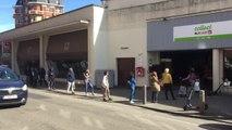 File devant le supermarché Delhaize, rue De Hennin, Ixelles