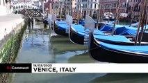 En Italie, l'eau des canaux de Venise se clarifie.