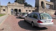En Italie, les corbillards se succèdent devant les grilles du cimetière de Bergame