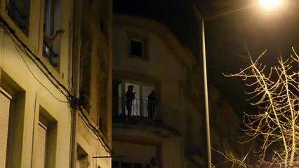 Les Spinaliens applaudissent à leur fenêtre pour montrer leur support au personnel hospitalier