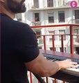 Il offre un concert à ses voisins depuis son balcon