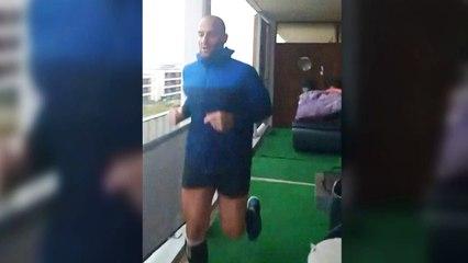 Man loopt Marathon op zijn balkon tijdens lockdown