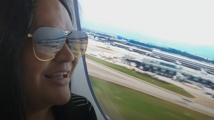 Vrouw in lockdown 'vliegt weg' in hilarische video