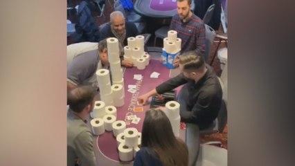 Pokerspelers zetten rollen toiletpapier in