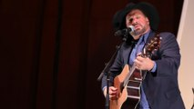 Garth Brooks salutes 'hero' Kenny Rogers