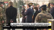Emmanuel Macron est  à Mulhouse au coeur de l'épidémie dans l'Hôpital Militaire - Il est équipé d'un masque de protection pour aller au contact des équipes