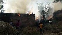 बाराबंकी: अज्ञात कारणों से दो मजदूरों के घरों में लगी आग