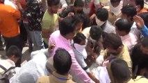जोधपुर: लॉकडाउन में राशन की गाड़ी पहुंचते ही लोगों की भीड़ ने मचाई लूट
