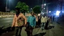 VIDEO: गुजरात से पैदल ही घरों को निकले हजारों कामगार, रास्ते में पुलिस दे रही खाना-पानी