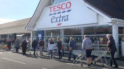 Honderden gezondheidswerkers staan in de rij voor Britse supermarkt