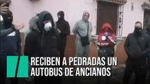 Vecinos de La Línea apedrean un convoy con ancianos contagiados