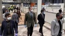 El rey Felipe VI recorre el hospital de emergencia para los pacientes del COVID-19 en Madrid