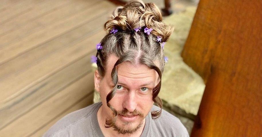 Pour passer le temps il laisse sa copine coiffeuse faire des expériences avec ses cheveux