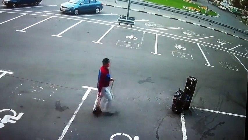 Il veut aider les éboueurs à aller plus vite... Lancer de poubelle raté