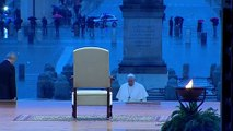 """البابا فرنسيس يواجه """"عاصفة"""" كورونا برفع الصلاة وحيدا من ساحة القديس بطرس"""