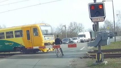 Fietser ontsnapt aan de dood bij oversteken van treinsporen