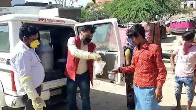 मथुरा: निर्धन लोगो को समाजसेवियों ने बाँटा नि:शुल्क दूध