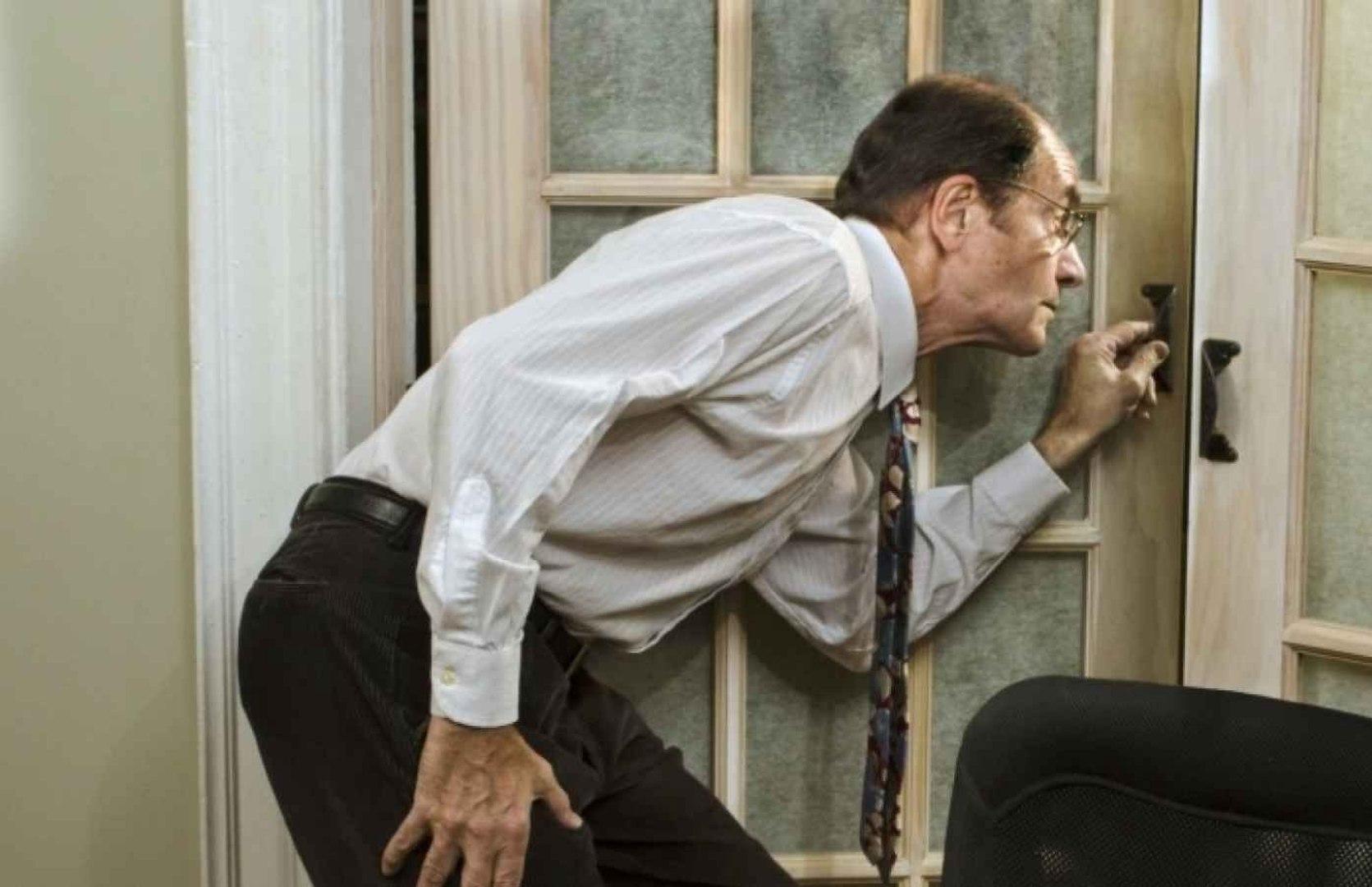 رجل يستخدم حيلة ماكرة للخروج في أوقات منع التجول