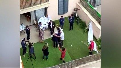 Buren wonen huwelijksceremonie bij vanop balkon