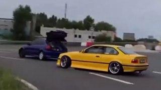 VÍDEO: Un Civic con el maletero abierto y un BMW M3 amarillo driftando detrás, ¿alguien sabe qué está pasando?