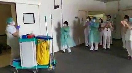 Les agents sanitaires hospitaliers applaudit par des soignants