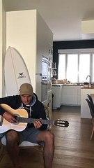 Ducuing se met à la guitare