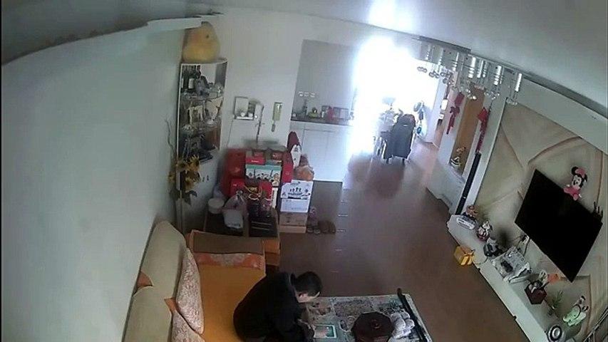 Il recharge la batterie de sa moto dans le salon et va avoir une mauvaise surprise