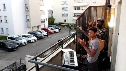 Besançon : le musicien Pat d'F performe depuis son balcon