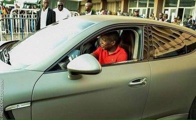 Bénin : Président Talon au volant d'une voiture à Cotonou