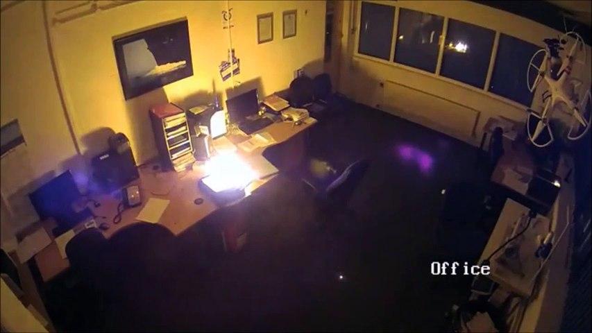 Son ordinateur portable prend feu en pleine nuit au bureau