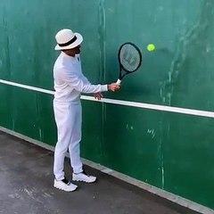 Roger Federer montre tous ses skills en jouant contre un mur