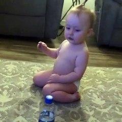 Un bottle flip réalisé par une jolie petite fillette